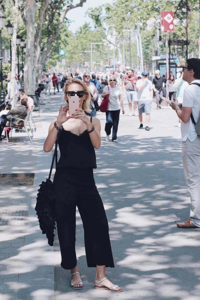 Spodnie cullotes i bieliźniarski top w turystycznej stylizacji w Barcelonie.