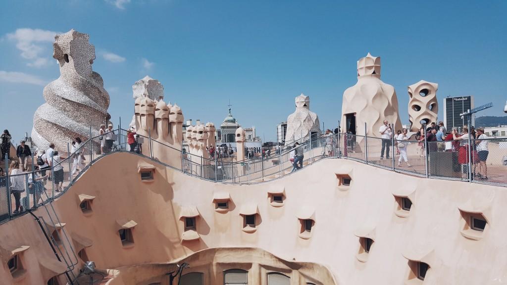 Turyści na dachu domu Gaudiego La Pedrera w Barcelonie.