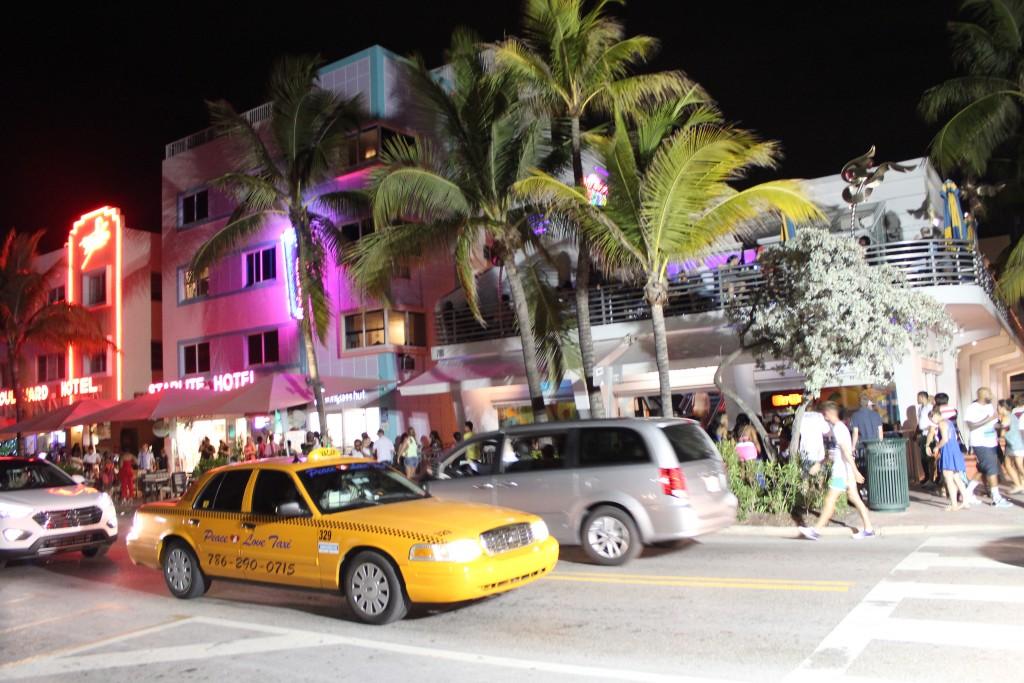 Tętniąca życiem nocnym ulica Ocean Drive w South Beach/ Miami.