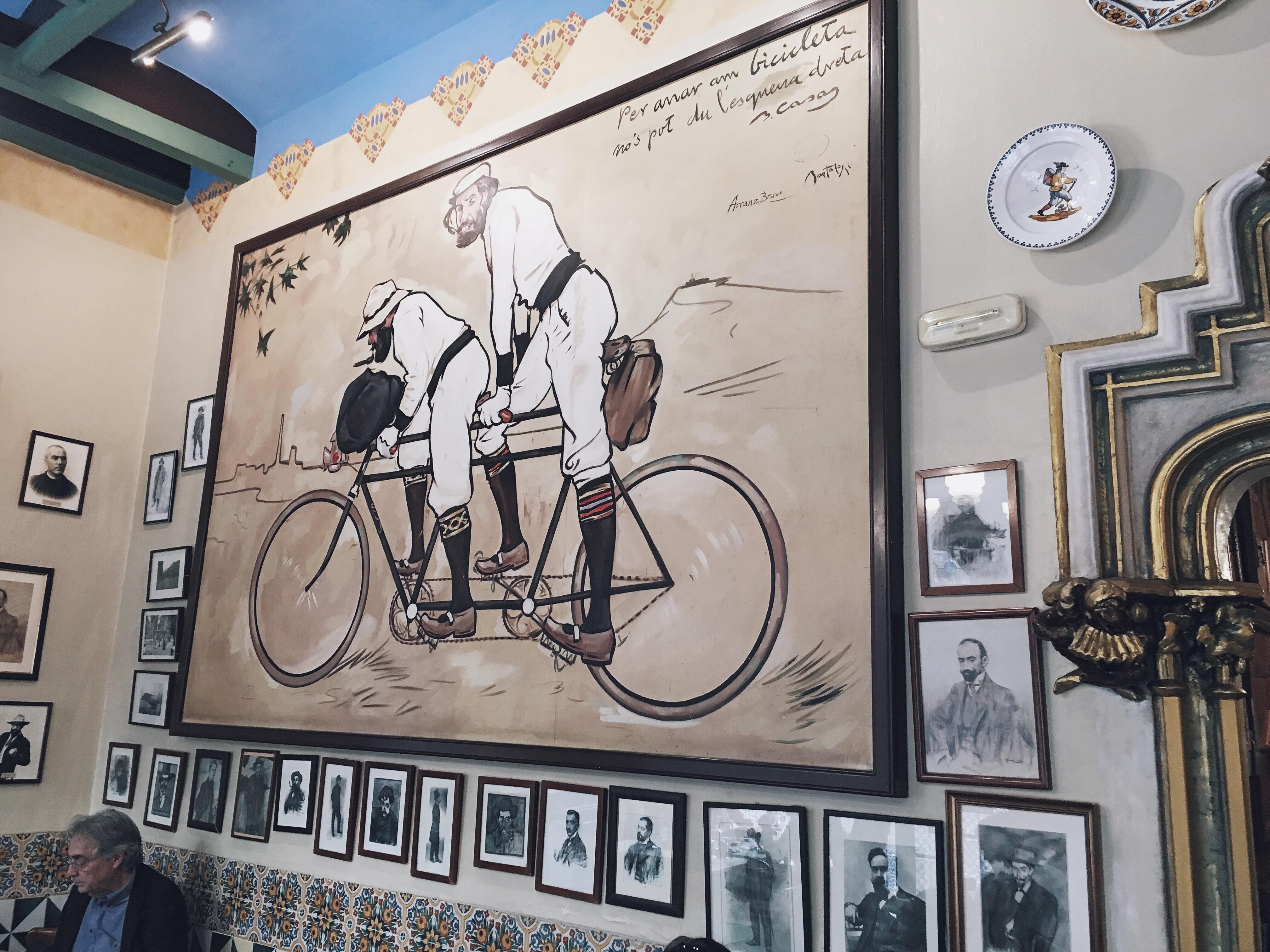 """Pamiątki dawnych lat w restauracji """"Els 4 Gats"""" w Barcelonie."""