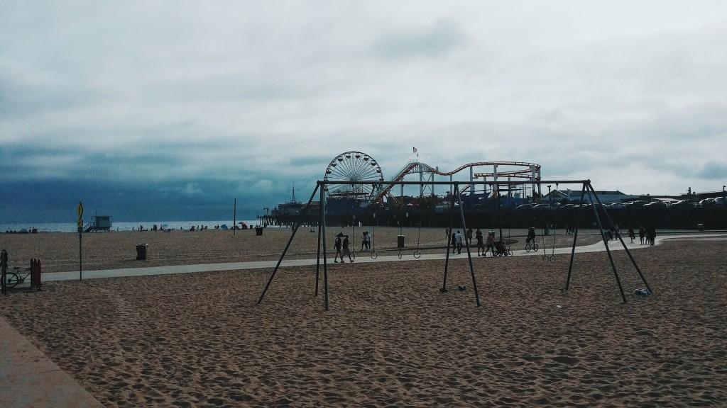 """Widok na Santa Monica Pier z Muscle Beach podczas """"June gloom"""", z wiszącą warstwą chmur """"marine layer""""."""
