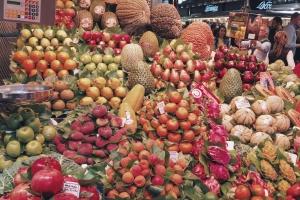 """Owoce na bazarze """"La Boqueria"""" w Barcelonie."""