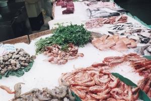 """Owoce morza na bazarze """"La Boqueria"""" w Barcelonie."""