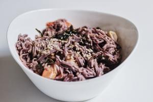 Makaron gryczany z owocami morza i przyprawami azjatyckimi