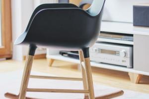 Krzesło Form Rocking Chair marki Normann Copenhagen bardzo przypadło do gustu dzieciom