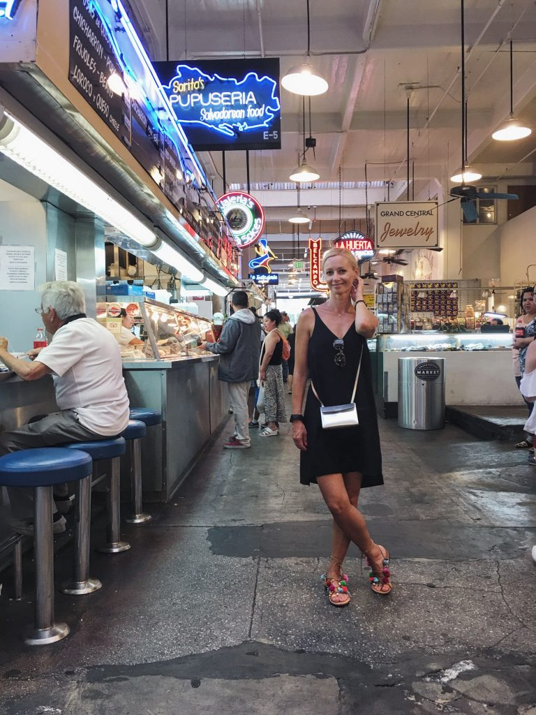 Czarna sukienka w Grand Central Market w Los Angeles
