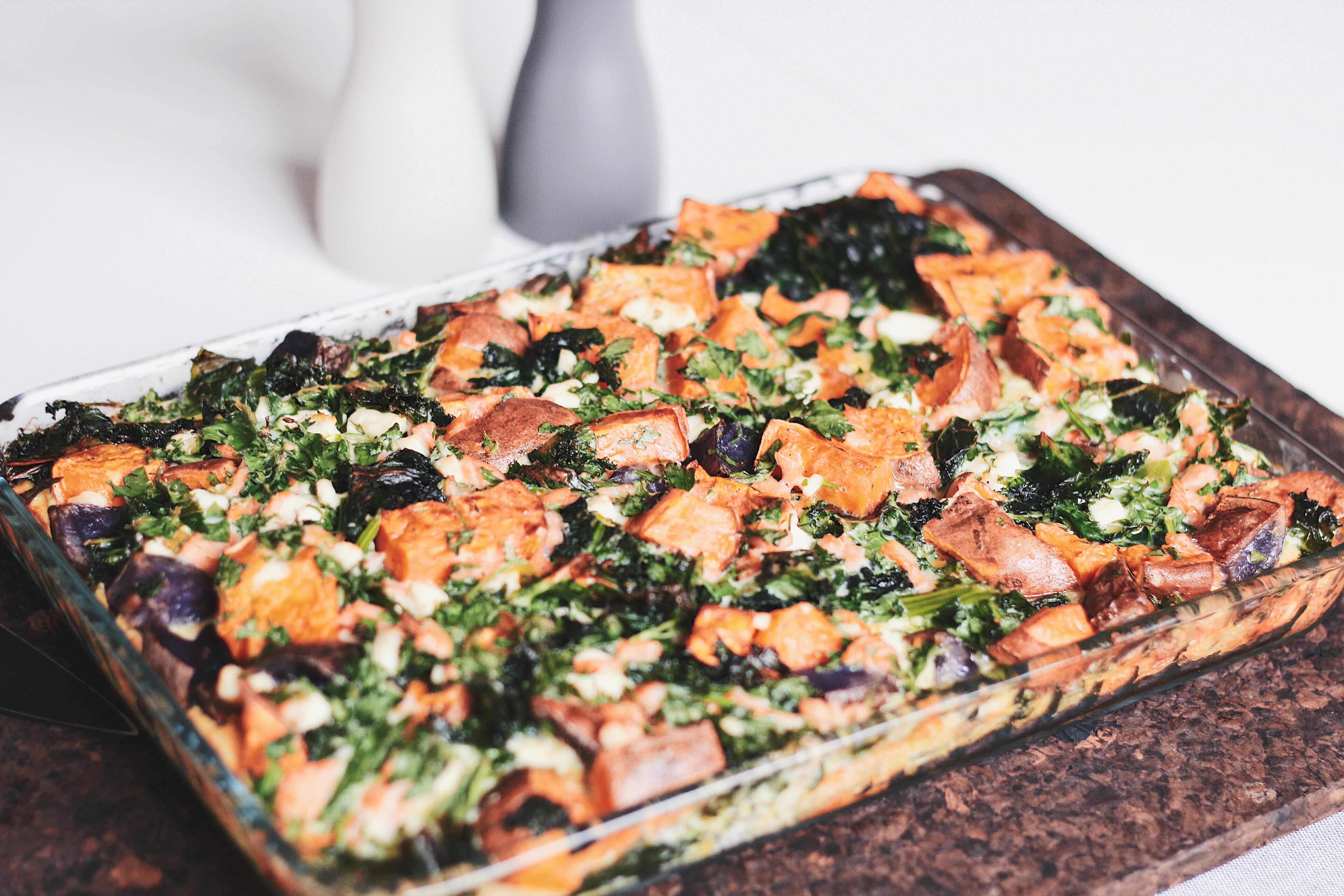 Zapiekanka frittata z batatami, fioletowymi ziemniakami, jarmużem i łososiem.